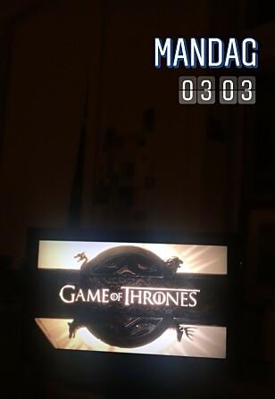 VENTETIDEN ER OVER: KKs selvutnevnte GOT-geek satt benket foran TV-skjermen da første episode av sesong 8 rullet over skjermen natt til mandag 15. april. FOTO: Malini Gaare Bjørnstad