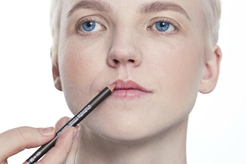 2. Bruk lipliner for å forme leppene. Har du skjeve lepper, så tegn på utsiden for å jevne dem, eller om du ønsker mer fylde. Fyll gjerne inn leppene helt med lipliner og ikke bare leppekanten. Når du legger leppestift over vil den sitte bedre.