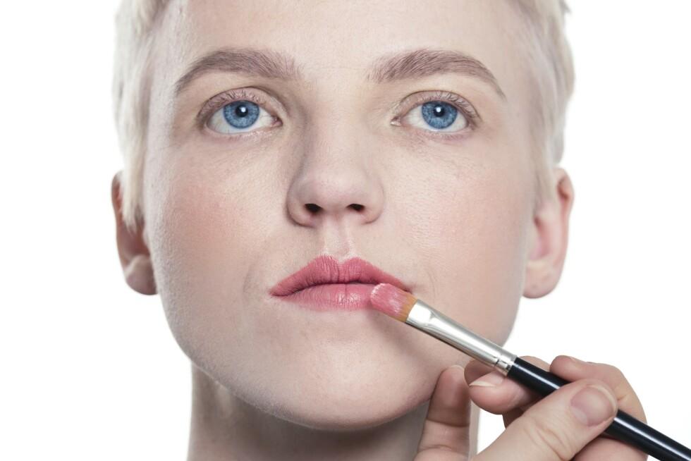 3. Bruk gjerne en kost til å legge leppestiften med. Da får du en mer presis påføring, og det er lettere å påføre riktig mengde produkt på leppene. Vi avsluttet med en lipgloss for en ytterligere forstørrende effekt på leppene.