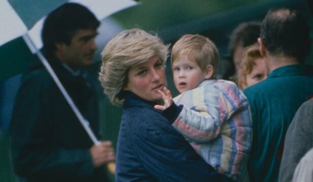 PÅ MAMMAS ARM: Lille prins Harry med mamma prinsesse Diana på en regnfull dag i 1987. FOTO: NTB Scanpix