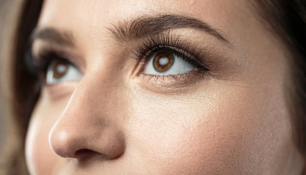 SMART TRIKS: Litt vaselin (for eksempel før du legger deg slik at det kan virke utforstyrret over natten) kan visstnok sørge for at vippene dine vokser raskere. FOTO: Scanpix