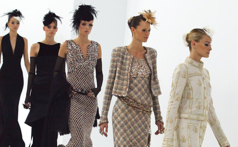 LA DEG INSPIRERE: Et antrekk fra Chanel kan koste deg titusener av kroner. Da er det bra du kan finne plagg som minner om de store designerne i kjedebutikkene! Foto: Scanpix