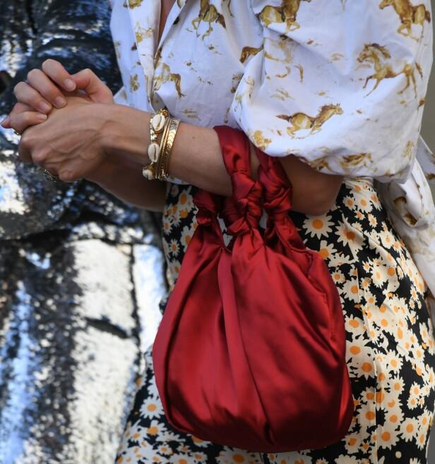 SOM ARMBÅND: Skjellsmykkene passer godt sammen med annet tilbehør i gull. Foto: Scanpix
