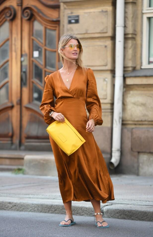 PYNTET OG AVSLAPPET: Bruk et par flip flops med den fine kjolen din og topp det hele med et ankelkjede med skjell! Foto: Scanpix