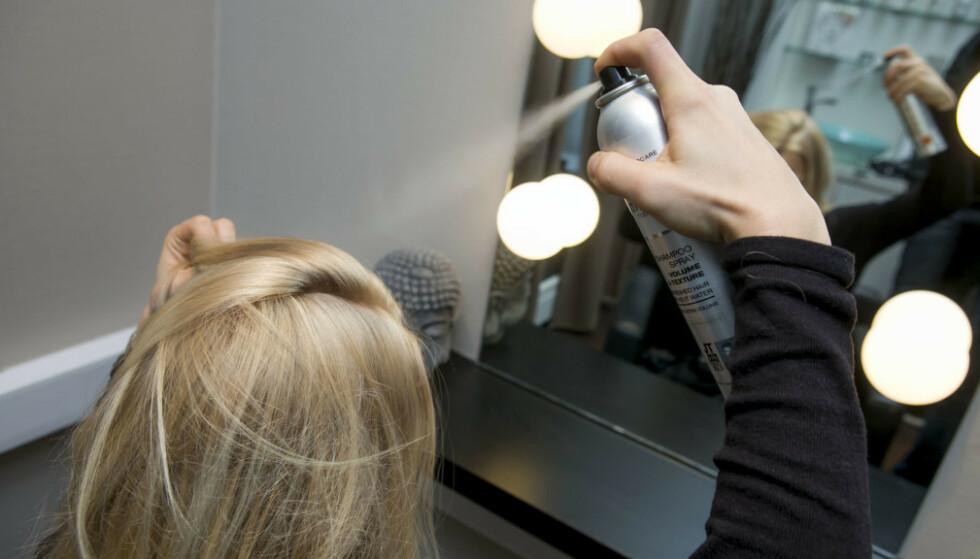 RIKTIG: Tørrsjampo skal brukes i røttene. Del også håret inn i seksjoner som vist på bildet, og husk at du skal spraye lett og fra minst 30 centimeters avstand. FOTO: Scanpix