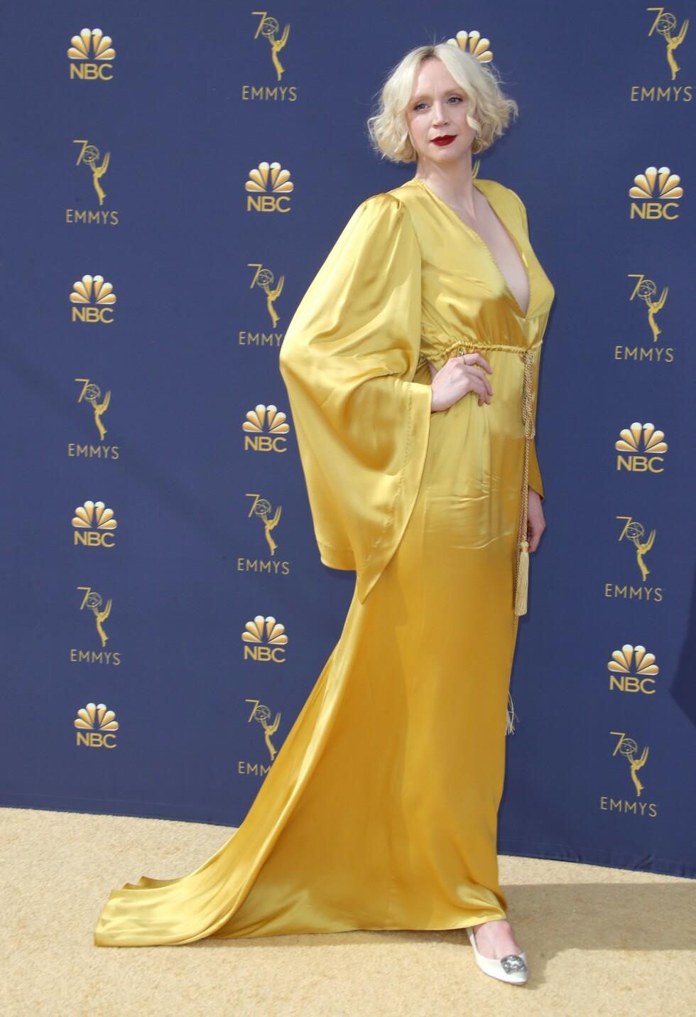 <strong>I SAMBOERENS DESIGN:</strong> Gwendoline Christie på Emmy Awards høsten 2018. Her bar hun en gul silkekjole designet av samboeren Giles Deacon. FOTO: NTB Scanpix