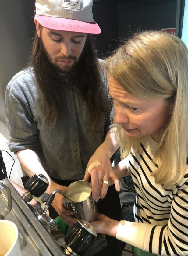 <strong>THIS IS IT!:</strong> Konsentrasjonen er til å ta og føle på idet dampen slippes løs i melka. Barrista Lars Huse guider med stø hånd. FOTO: Ingvild Kjøde.