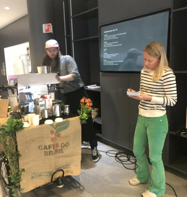 <strong>IVRIG ELEV:</strong> Lars Huse forklarer melkeskummingens kunst, mens journalist Hege Løvstad Toverud suger til seg kunnskap. FOTO: Ingvild Kjøde