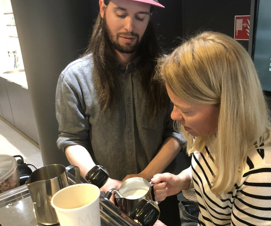 <strong>KAFFELIVETS SKOLE:</strong> Journalist Hege Løvstad Toverud går livets melkeskole hos barista Lars Huse. FOTO: Ingvild KJøde