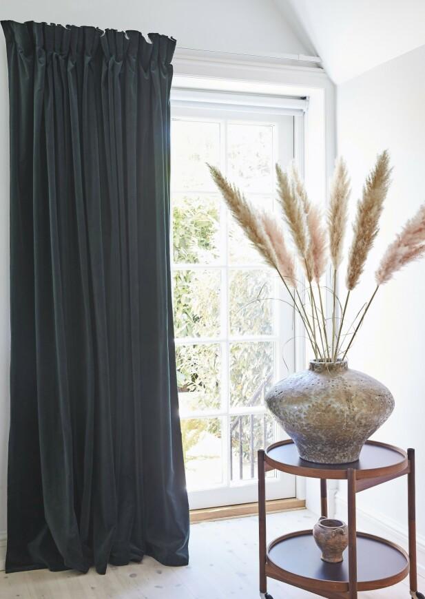 Fløyelsgardinene er fra Ikea, og det lille bordet er fra Hans Bølling. FOTO: Ditte Capion