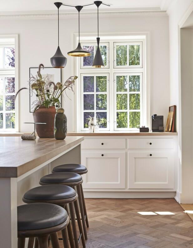 Den store krukken er funnet på loppemarked, og den mindre er fra Helle Mardahl. Lampene over kjøkkenbordet er fra Tom Dixon.