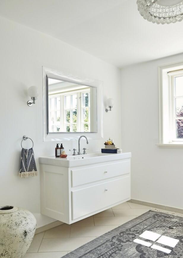Vasken, badekaret og lampene på badet er kjøpt hos Lemerand i Hellerup. Gulvteppet er fra Ellos. FOTO: Ditte Capion