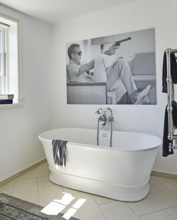 Bildet av Steve McQueen fra Modern Lamps gir badet masse personlighet. FOTO: Ditte Capion