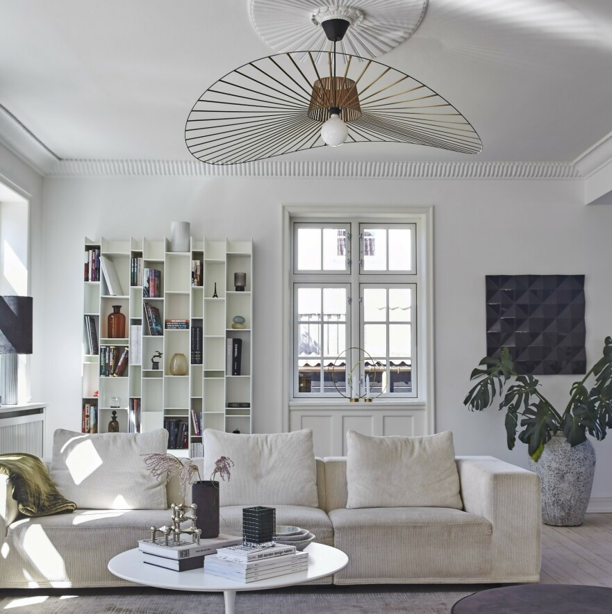 INTERIØR: Sofaen er fra Eilersen, gulvteppet fra Christine Callsen, reolen fra MDF Italia og sofabordet fra Knoll. Taklampen er fra Constance Guisset. FOTO: Ditte Capion