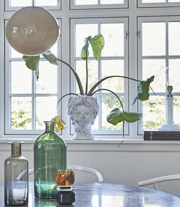 To store flasker, som begge er loppisfunn, sammen med krystallysestaken fra Reflections. Vasen i vinduet er fra Giacomo Alessi Ceramiche. FOTO: Ditte Capion