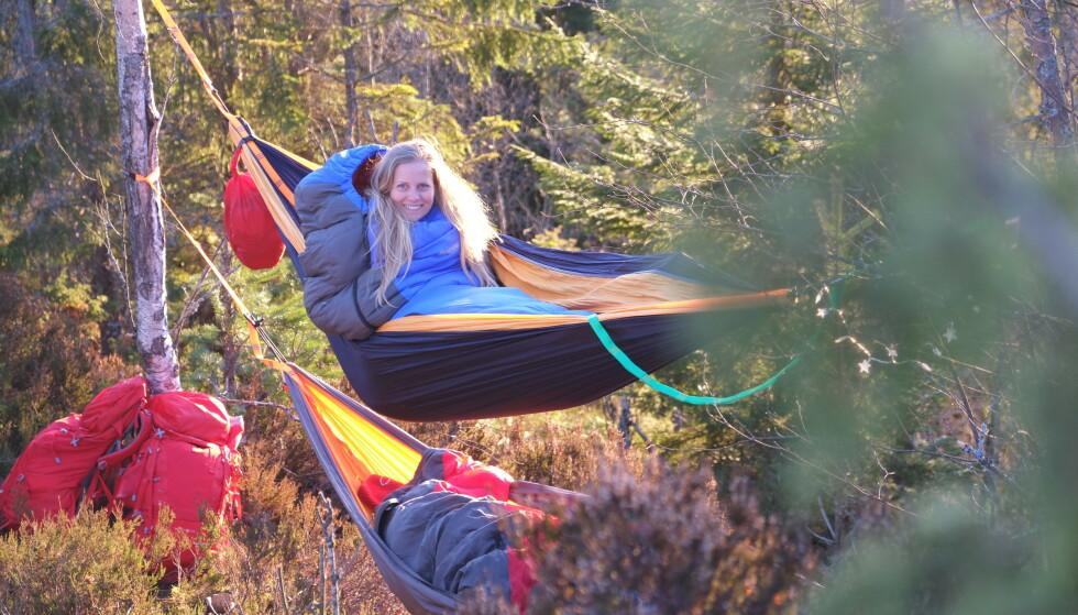 HERLIGE OMGIVELSER: Et av tipsene søstrene kommer med er å velge solide trær, som gjør at hengekøyen får den perfekte buen for en behagelig natt. Her koser Stine seg i køya en deilig høstdag. FOTO: Schultz Heireng
