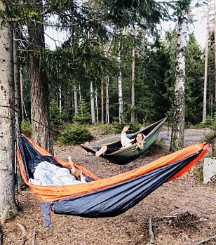 EN NATT I KØYA: Det ble en kald affære for KK-journalist Malini Bjørnstad, som testet ut hengekøyeovernatting for aller første gang. FOTO: Privat