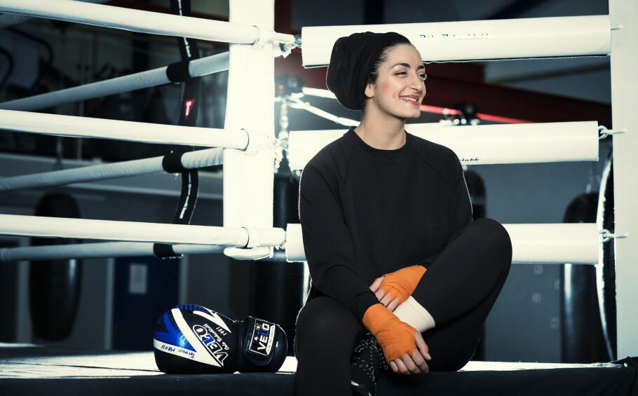 SPORTY DAME: - Sport er min identitet. Jeg har alltid vært en sporty type, og kombinerer det med slør, sier Fatimah Mahdi når vi møter henne på Oslo Bokseklubb, der hun trener flere ganger i uken. FOTO: Astrid Waller