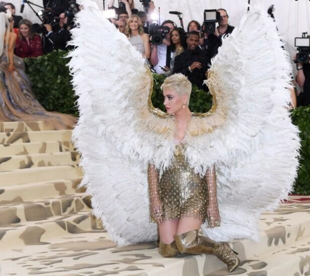 2018: Katy Perry poserer i gulldrakt og englevinger. Foto: Scanpix