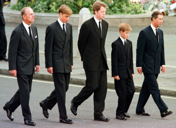 SIDE OM SIDE: Prins Harry har alltid hatt et nært forhold til morens bror. Under begravelsen til prinsesse Diana, som ble avholdt 6. september 1997, gikk de side om side i gravfølget. Fra venstre: prins Philip, prins William, Charles Spencer, prins Harry og prins Charles. FOTO: NTB Scanpix