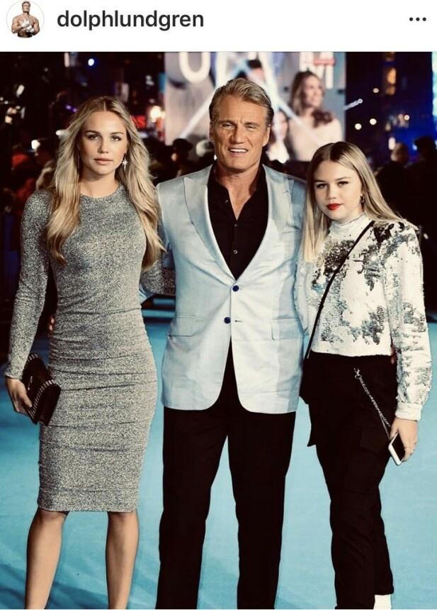 STOLT FAR: Dolph Lundgren under premieren på «Aquaman» i 2018, flankert av sine to døtre. FOTO: Skjermduft Instagram.
