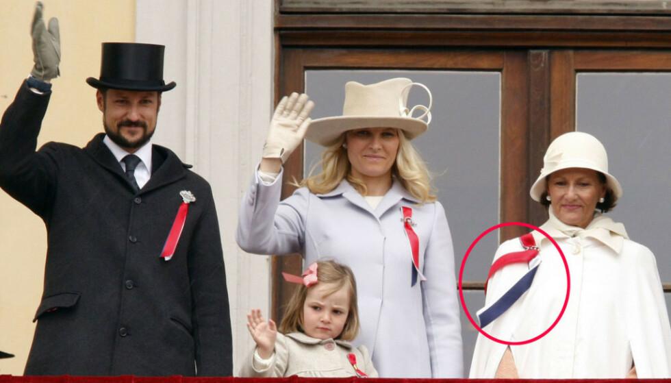 HVEM HAR RETT? I 2008 dukket dronning Sonja opp på Slottsbalkongen med 17. mai-sløyfa på høyre side. Her står hun sammen med kronprinsesse Mette Marit og prinsesse Ingrid Alexandra og kronprins Haakon Magnus, som har festet sløyfen på riktig side. Foto: All Over Press