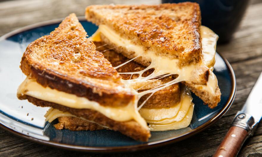MINDRE FETT: Å velge en magrere ostetype er ett av valgene du kan ta for å redusere det mettede fettet i kosten. FOTO: NTB Scanpix
