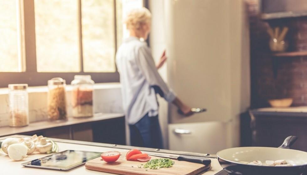 KASTE MAT: Lukt gjerne på mat som har gått ut på dato, før du kaster det. FOTO: Shutterstock