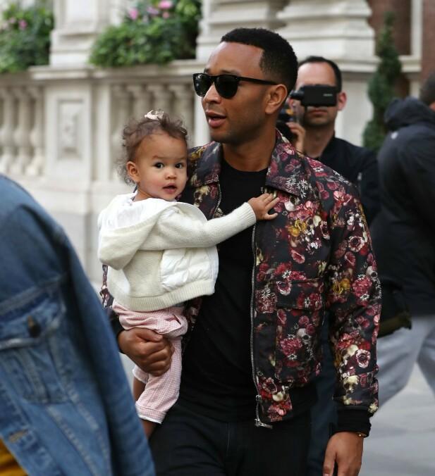 MED DATTEREN: John Legend med datteren Luna Stephens på armen. Hun har altså hans opprinnelige etternavn. FOTO: NTB Scanpix