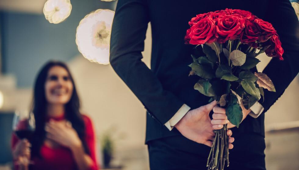 ULIKT KJÆRLIGHETSSPRÅK: Noen viser romantikk med gester og gaver, mens andre viser det med ord eller fysisk nærhet. FOTO: NTB Scanpix