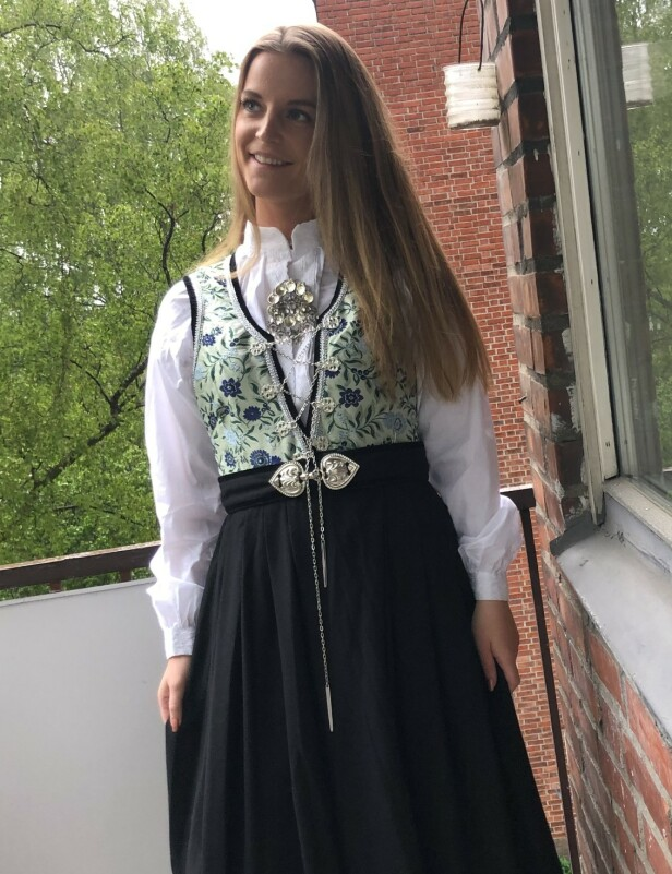 KJØPTE FESTDRAKT: Synne Elise Solli Sanderud, journalist i SOL. Foto: Privat
