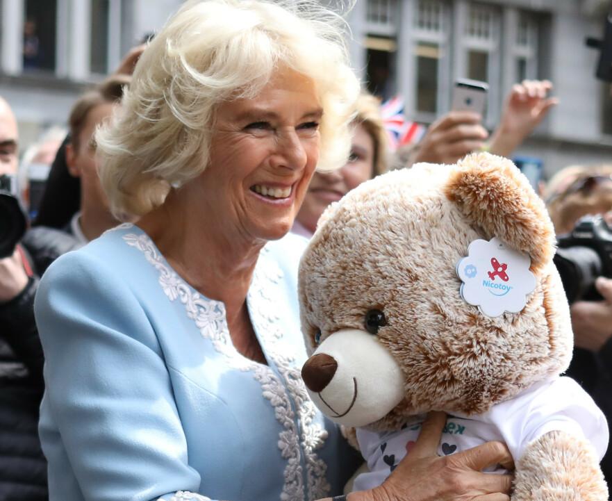 OVERRASKET: Hertuginnen av Cornwall overrasket sin største fan med et møte og en liten gave. Foto: Scanpix