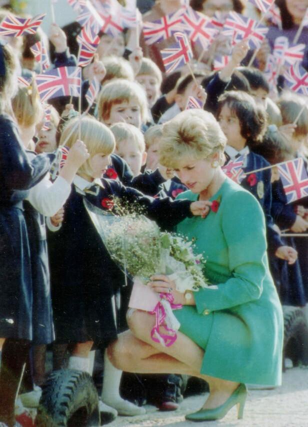 ELSKET BLOMSTER: Prinsesse Diana beundrer en blomsterbukett hun har fått av noen små barn under et besøk i Sør-Korea i 1992. FOTO: NTB Scanpix