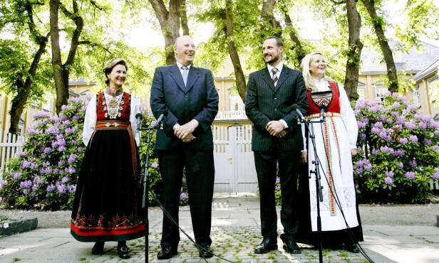 BUNADEN «ALLE» VIL HA: Dronning Sonja er en tro bruker av Øst-Telemark-bunaden, også kjent som beltestakken - som Camilla Rossing, som er leder ved Norsk institutt for bunad og folkedrakt, sier til Allers at er blitt et såkalt Oslo-fenomen. Her fra et arrangement i hagen på Stiftsgården i 2006. Kronprinsesse Mette-Marit i Hardanger-bunad. FOTO: NTB Scanpix