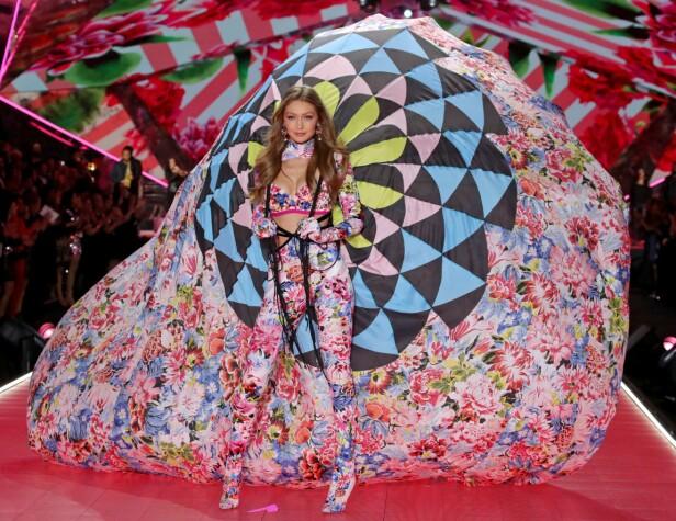 PÅ CATWALKEN: Gigi Hadid er blant de mange Victoria's Secret-modellene. Foto: Scanpix