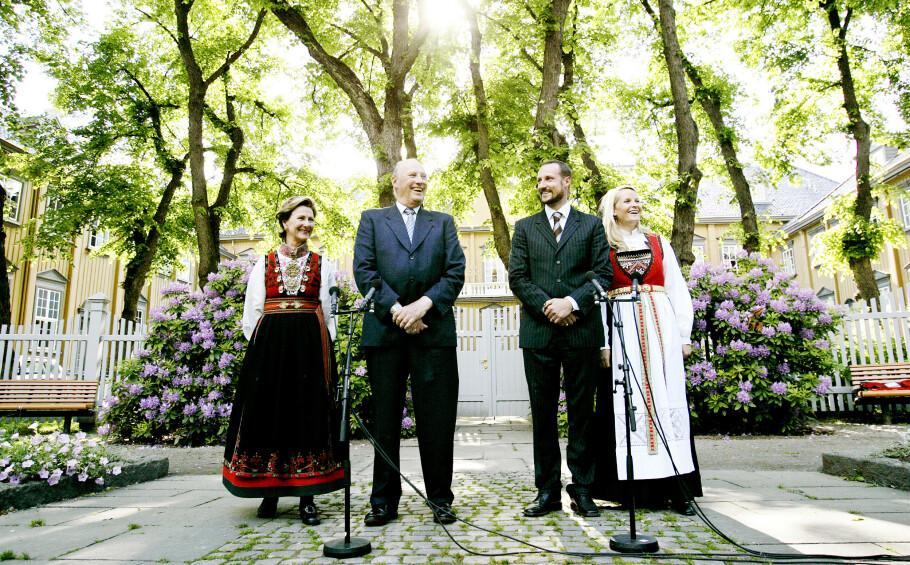 ROJALE BUNADER: Både dronning Sonja og kronprinsparet er svorne tilhengere av å bruke bunad. På dette bildet, tatt i hagen på Stiftsgården i 2006, i forbindelse med 100-årsmarkeringen for kong Haakon VIIs kroning, er det riktignok kun dronningen og kronprinsessen som er ikledd bunad. Mette-Marit i Hardanger-bunad og dronning Sonja i Øst-Telemark-bunad FOTO: NTB Scanpix