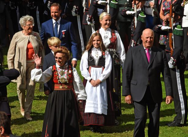 HAGEFEST: 1. september 2016 holdt kongeparet hagefest i anledning sitt 25-årsjubileum som kongepar. Gjestene kom fra hele landet, og både dronningen, kronprinsessen og prinsesse Ingrid Alexandra var ikledd bunader. FOTO: Sven Gj. Gjeruldsen, Det kongelige hoff