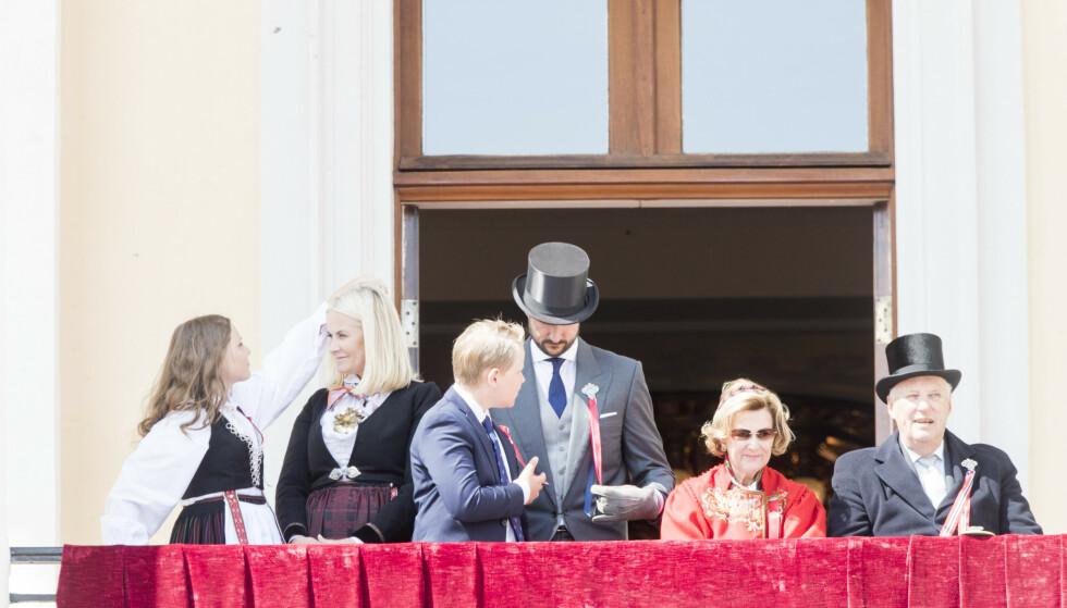 FRISYREFIKSER: Prinsesse Ingrid Alexandra trådte til med en hjelpende hånd, da vinden tok tak i mamma kronprinsesse Mette-Marits lange lokker. Dette bildet er fra 17. mai-feiringen 2018. FOTO: NTB Scanpix