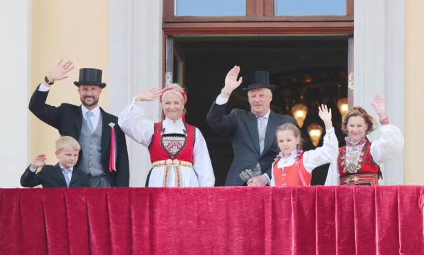 TRADISJON: Under 17. mai-feiringen i 2014 var kronprinsesse Mette-Marit ikledd Hardangerbunad, mens dronningen var ikledd stakken fra Øst-Telemark. Prinsesse Ingrid Alexandra bar Askerbunaden. FOTO: NTB Scanpix