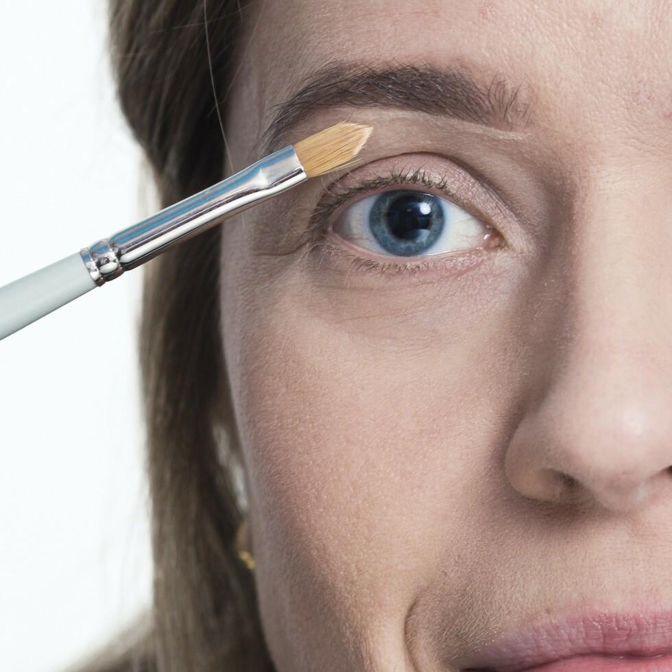 3. Et godt tips for å definere og løfte brynet er å legge lysere concealer kant i kant med undersiden av brynet. Bruk gjerne en smal sminkekost for påføring. Dus ut med en større børste eller fingrene.