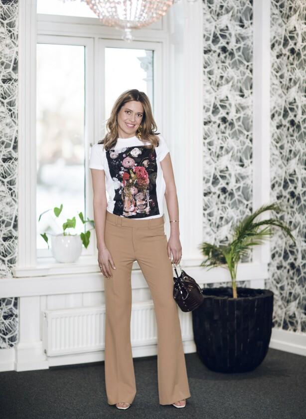 ELISE HAR PÅ SEG: T-skjorte (kr 190), bukse (kr 300), øredobber (kr 200), veske (kr 130) og høye hæler (kr 800, alt fra Zara). FOTO: Astrid Waller