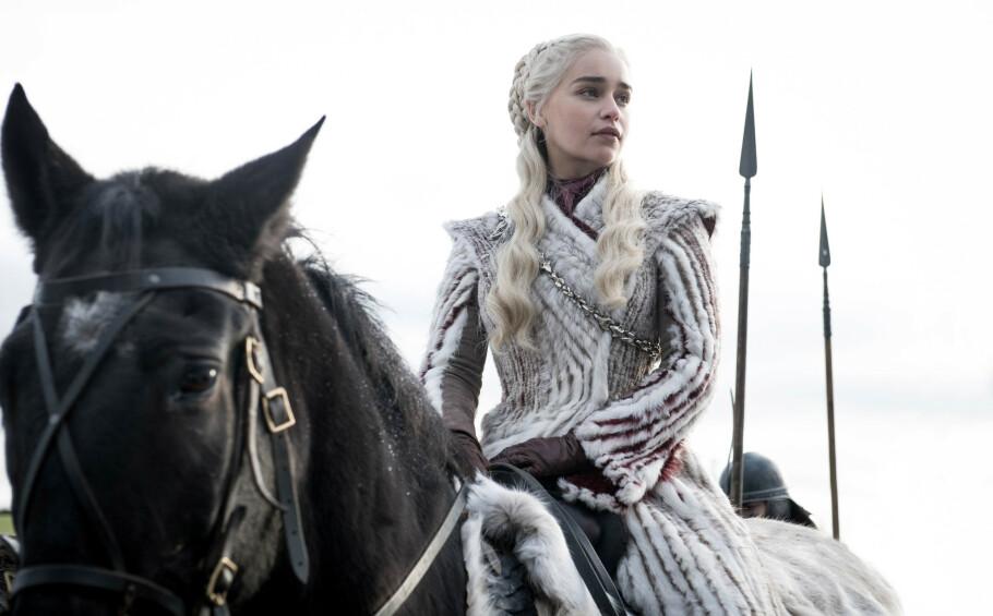 MAD QUEEN?: Daenerys Targaryens (spilt av Emilia Clarke) oppførsel har satt sinnet i kok hos mange fans, som mener at serieskaperne har skrevet et manus som ikke står i stil med boken. FOTO: NTB Scanpix // Helen Sloan for HBO