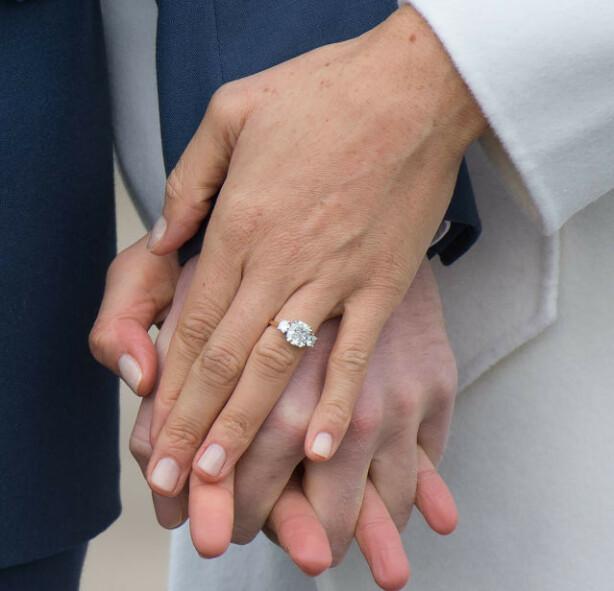 FORLOVELSESRINGEN: Den nydelige ringen er designet av prins Harry selv og inneholder diamanter som Diana eide. FOTO: NTB Scanpix