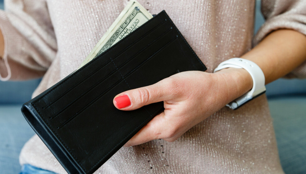 LÅNE PENGER: - De som stadig må låne penger av andre er ofte noen som lever litt over evne, sier ekspert. FOTO: NTB Scanpix