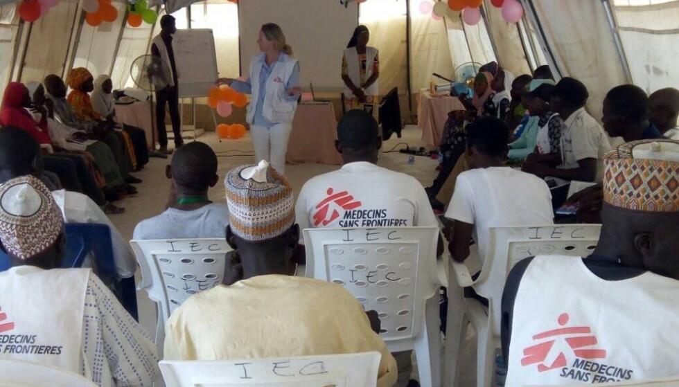 FOREDRAG: Her holder Kari foredrag for medisinsk personell byen Gwoza i Nigeria. 90 prosent av de som jobber i «Leger uten grenser» er lokalt ansatt. FOTO: Privat