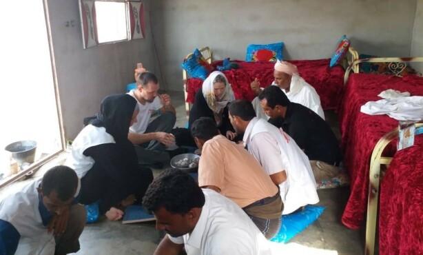 MÅLTID: Å samles rundt et måltid og dele på den maten de har er viktige verdier for folk i Yemen. FOTO: Privat