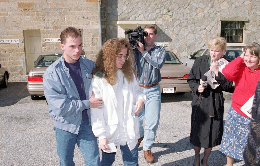 DREPTE SØNNENE SINE: I 1994 kjørte Susan Smith bilen med sønnene Michael (3) og Alexander (14 mnd) i en elv i Sør-Carolina. I hele ni dager hevdet hun at en afroamerikansk mann hadde kidnappet barna hennes. Her med ektemannen David Smith. FOTO: NTB Scanpix