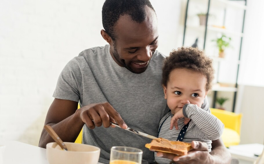GI NØTTER FOR Å FORHINDRE ALLERGI: Dersom det allerede er matallergi i familien, kan man ifølge eksperten starte med å smøre litt peanøttsmør på barnets leppe for å se om det fører til allergisk reaksjon. FOTO: NTB Scanpix