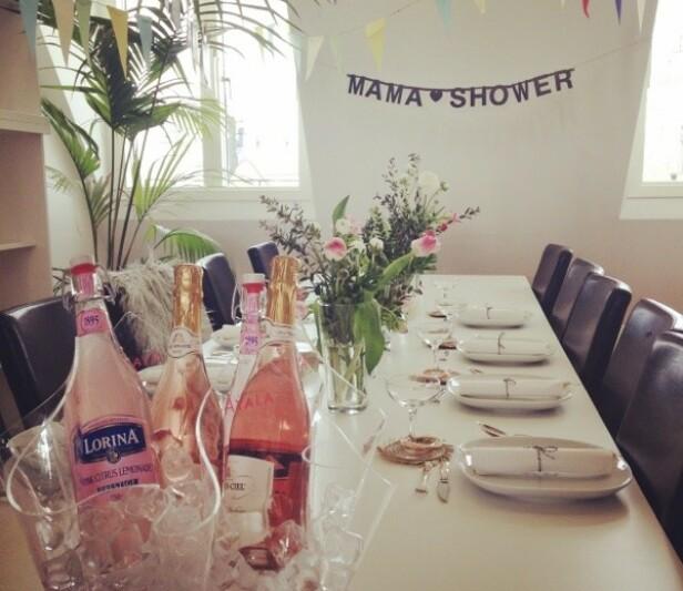 LEKKERT PYNTET: Brunsj, makroner og alkoholfrie drinker stod på menyen under Johannas mamashower. FOTO: Privat