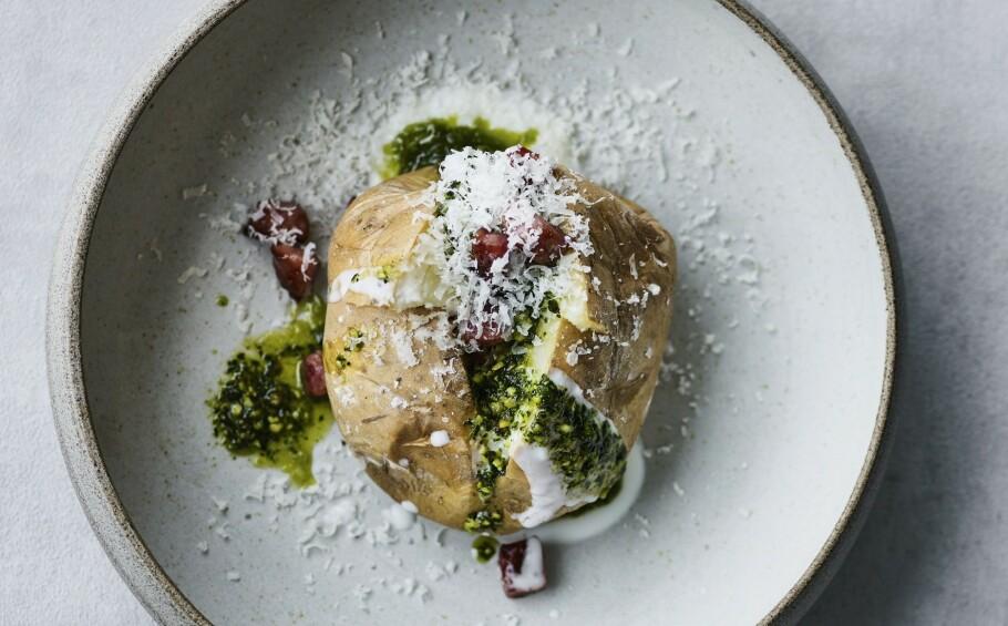 BAKT POTET: Visste du at på fransk heter poteten «pommes de terre», noe som betyr jordens eple. FOTO: ALL OVER PRESS
